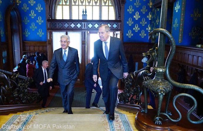 روسی وزیرخارجہ سرگئی لافروف نے وزیرخارجہ خواجہ آصف کا ماسکو میں استقبال کیا
